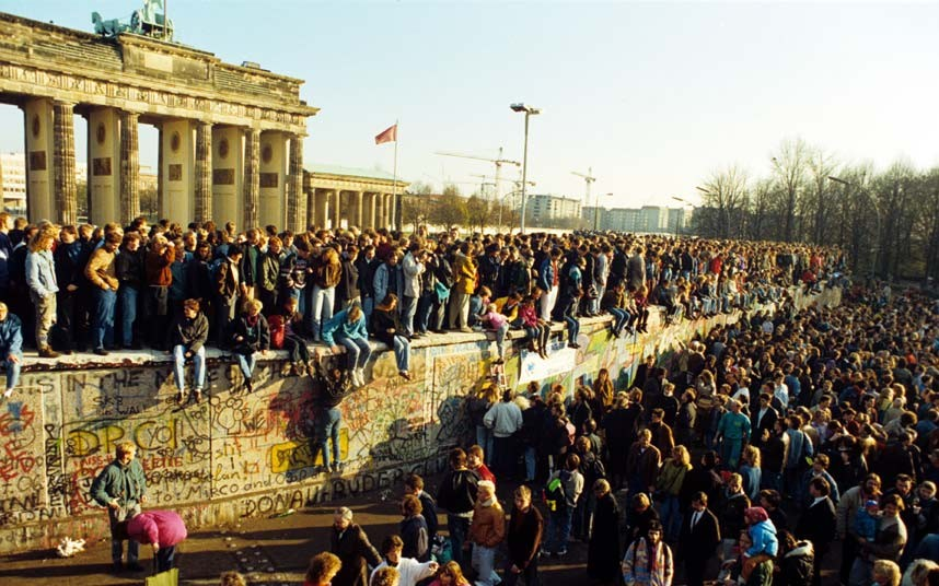berlin-wall_ lots of people